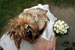 Die Brautfrisur sollte zum Brautkleid passen