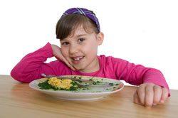 Stellen Sie sicher, dass Ihr Kind eine warme Mahlzeit am Tag bekommt