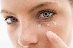 Mit Concealer lassen sich dunkle Augenränder kaschieren