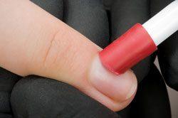 Schieben Sie die Nagelhaut sanft mit einem Rosenholzstäbchen zurück