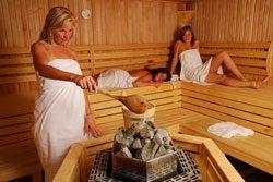 Ein wöchentlicher Besuch in der Sauna vermeidet starkes Schwitzen