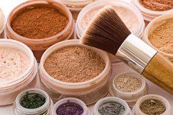 Mineral Make Up ist gut für Frauen mit Akne
