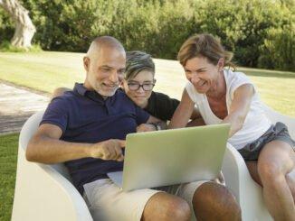 Familie schaut YouTube Videos offline.