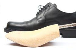 Mit einem Schuhspanner die Schuhe in der Länge weiten