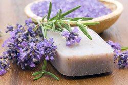 Fügen Sie Ihrer Seife Kräuter, Blütenblätter udn Seifenfarbe zu