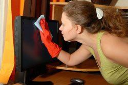 Reinigen Sie Ihren LCD-Monitor mit einem Mikrofasertuch