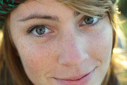 6 Schminktipps für Frauen mit Sommersprossen