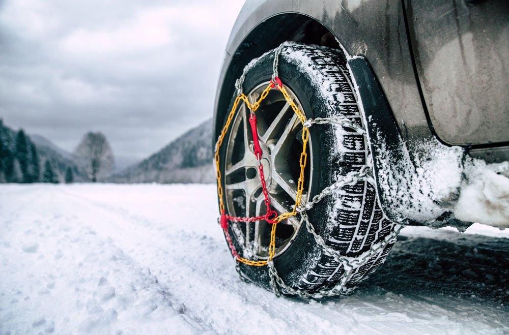 Winterfestes Auto mit Schneeketten.