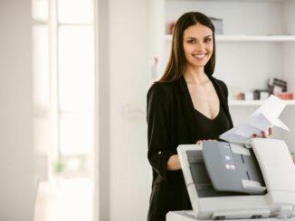 Frau digitalisiert Dokumente mit Software.