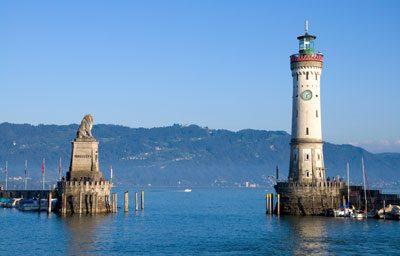 Hafeneinfahrt mit dem Bayerischen Löwen und dem Neuen Leuchtturm