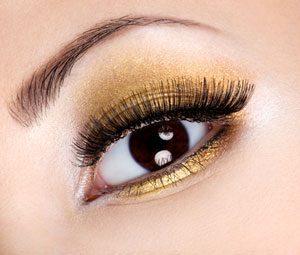 Bei dunklen Augen eher auf metallische Lidschatten setzen