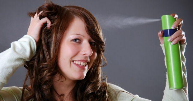 Mit Haarspray und Haarlack die Frisur in Form bringen
