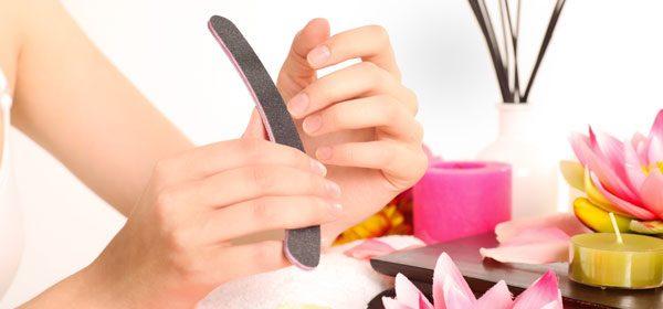 Fingernägel pflegen und lackieren