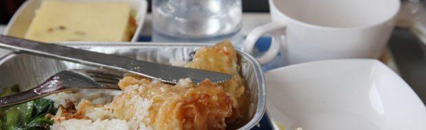 Üppiges Essen auf Langstreckenflügen besser vermeiden