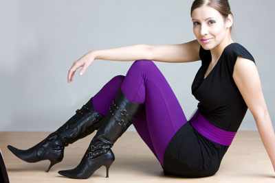 Farbige Leggings + schwarze Tunika