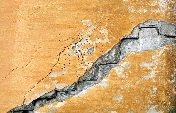 Durch Risse im Mauerwerk kann Radon ins Haus gelangen