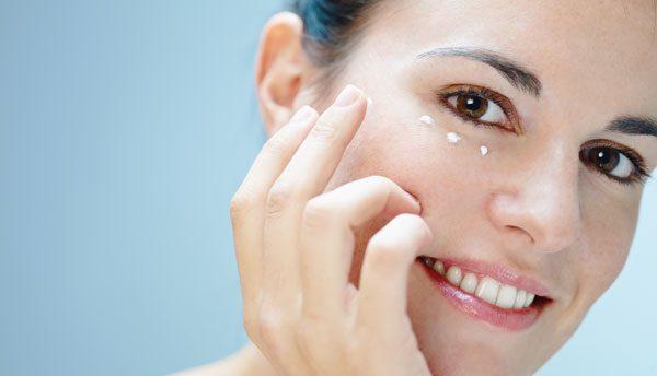 Augenringe entstehen durch Flüssigkeitsansammlungen