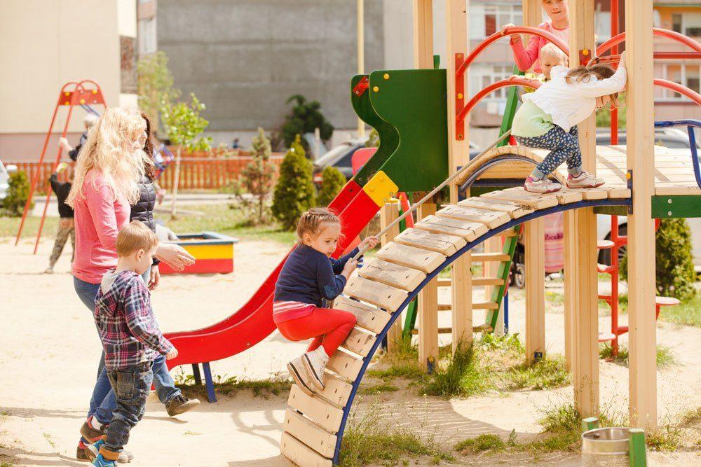 Kinder draußen Spielplatz sicher