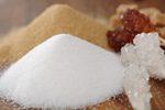 Weißer Haushaltszucker und brauner Zucker