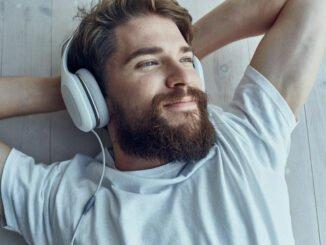 Mann mit Hifi-Kopfhörern hört Musik.