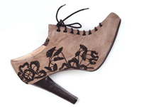 Schuhe mit Stickereien