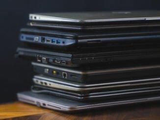 Laptops und Notebooks gestapelt.