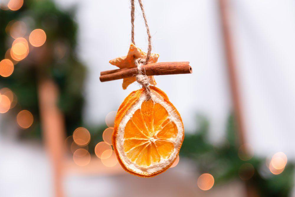 Weihnachtsdeko basteln OrangenschalenMobile