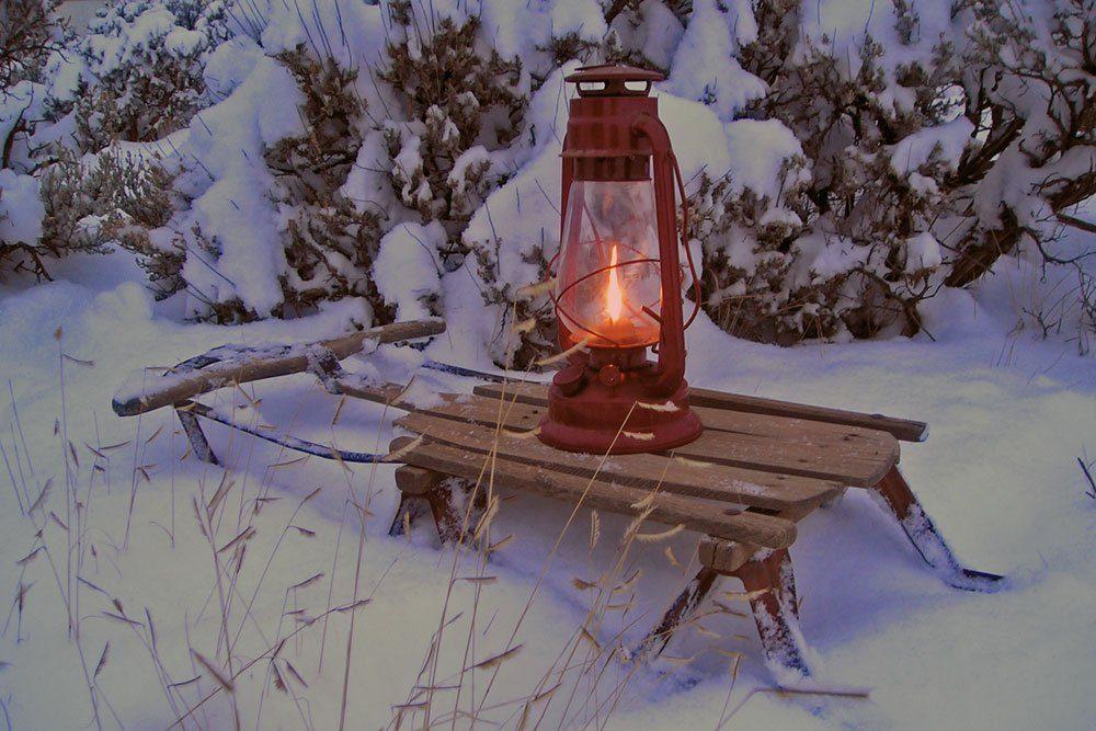 Holzschlitten Weihnachtsdeko schlicht Laterne