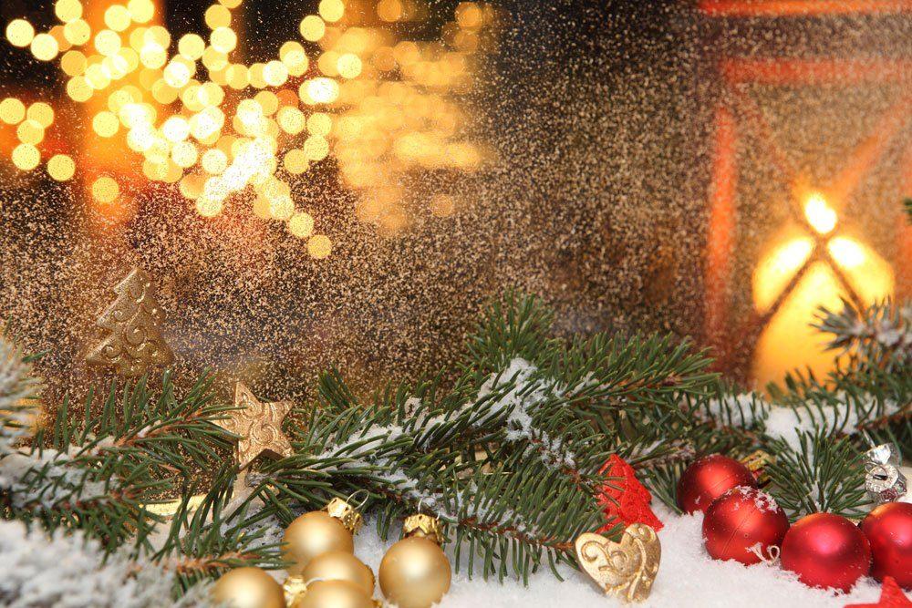 Weihnachtsdeko draußen Tannengrün Fensterbrett