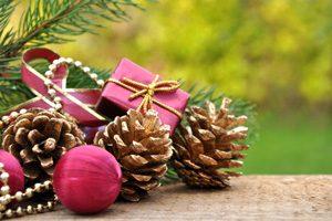 Weihnachtsbaum draußen dekorieren