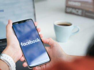 Frau befolgt Tipps zur sicheren Facebook-Nutzung.