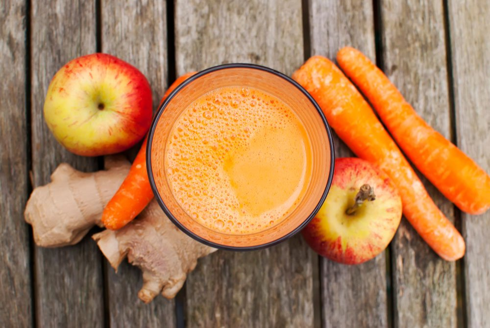 Vitaminbombe Apfel-Möhren-Drink im Glas.