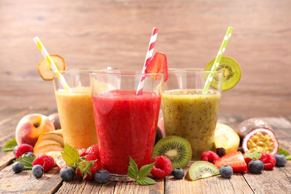 Gesunde, vitaminreiche Getränke in rot, gelb und grün.