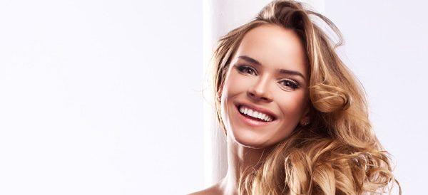 Hohe Stirn kaschieren – 4 Tipps für eine optisch kleinere Stirn