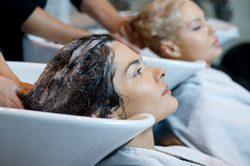 Naturkrause beim Friseur glätten lassen