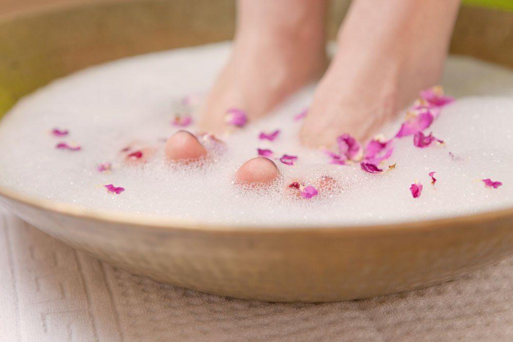 nägel füße lackieren fußbad