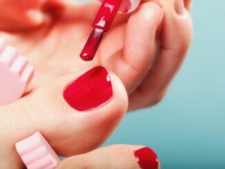 Füße Nägel lackieren