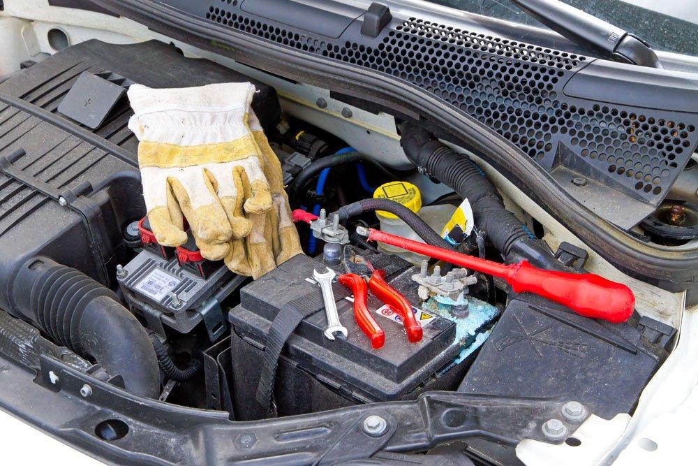 Werkzeug liegt bereit, um Autobatterie zu wechseln.