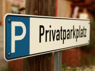 Schild weist auf Privatparkplatz hin.