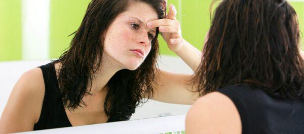 Aknenarben entfernen: 6 Behandlungsmöglichkeiten für glatte Haut