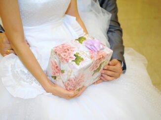 Braut hat Geschenk von Trauzeugen.