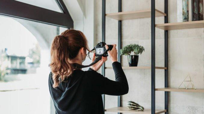 Frau macht Produktfoto selber.
