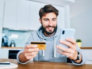 Mann nutzt Smartphone zumOnlinebanking.