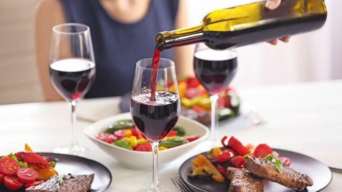 Wein zu einem Fleischgericht einschenken