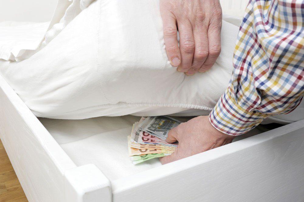 Geld unter der Matratze